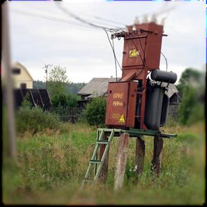 Старый деревенский трансформатор с низким напряжением